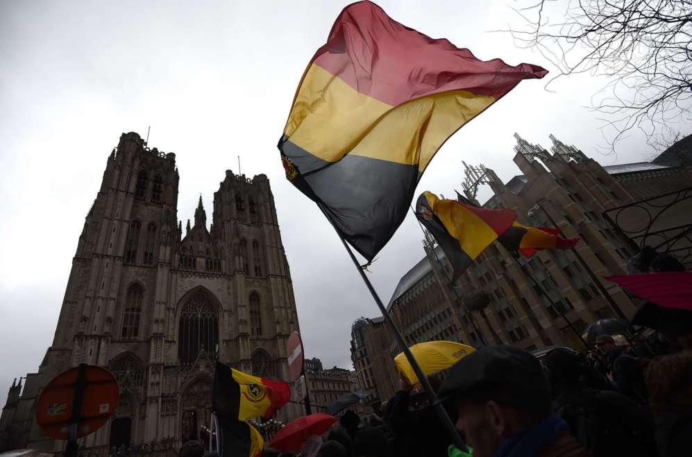 ¿Llevamos 183 años colgando al revés la bandera de Bélgica? Su Constitución establece para los colores de sus tres franjas horizontales el orden inverso al que se está utilizando