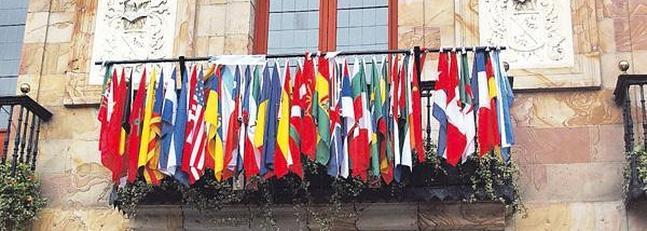 Treinta y ocho banderas en el Ayuntamiento
