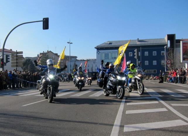 Miles de personas asisten al Desfile de Banderas de (Pingüinos) a su llegada a la Plaza de Colón de Valladolid