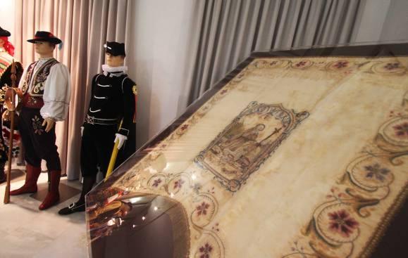 La Junta Central de Comparsas de los Moros y Cristianos de Elda descubre las banderas del XIX